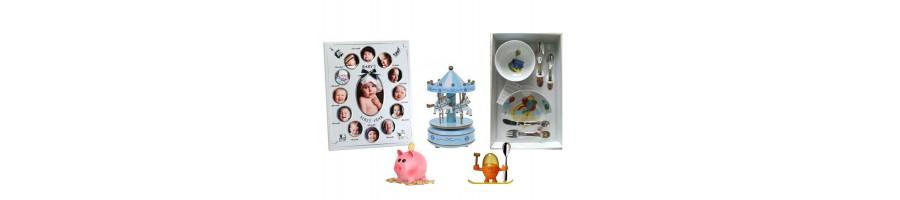 Adorables articles (tirelires, couverts, cadre photos, figurines, bavoirs...) pour les naissances et la petite enfance.